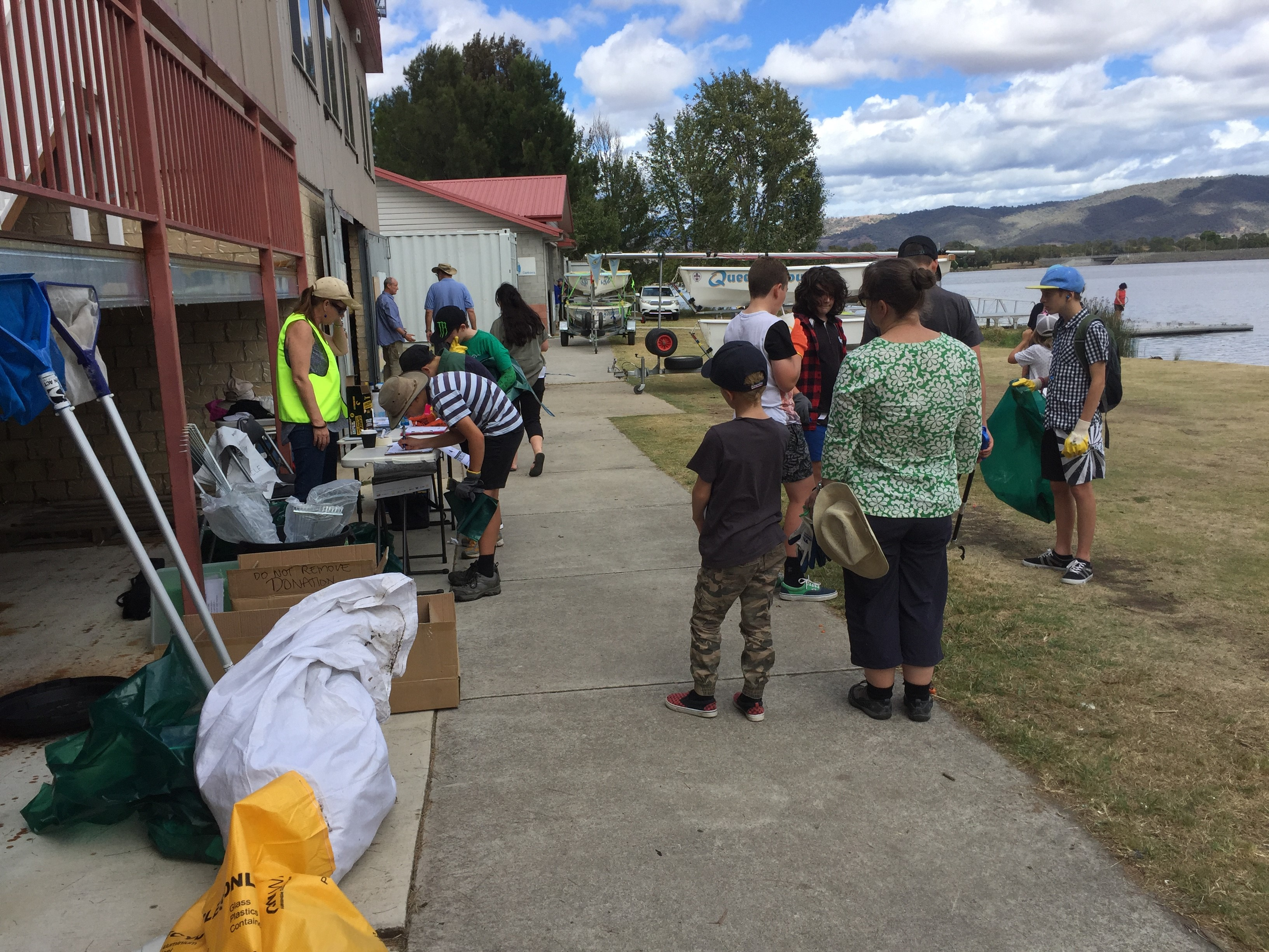 TCC supports Lake Tuggeranong Clean-up on Sunday 15 October, 2017